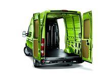 Iveco EcoDaily Kastenwagen Hochdach mit geöffneten Flügeltüren und seitlicher Schiebetüre von hinten