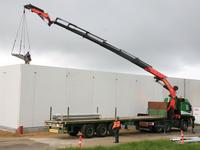 LKW mit Auflieger und Palfinger Kran PK 60002 beim Heben von Beton-Fertigteilen