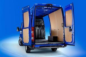Iveco Daily Kastenwagen Hochdach mit geöffneten Flügeltüren und seitlicher Schiebetüre von hinten
