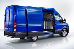 Iveco Daily Kastenwagen mit geöffneter Schiebetüre